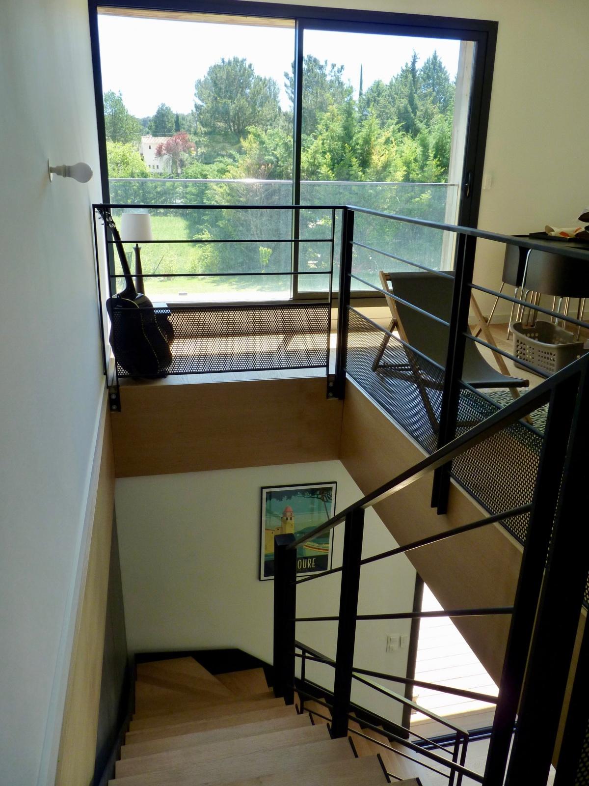Conception d'une maison contemporaine « à travers champs » : cadrage-vue-maison-contemporaine-bois-azzaro-architecte-min