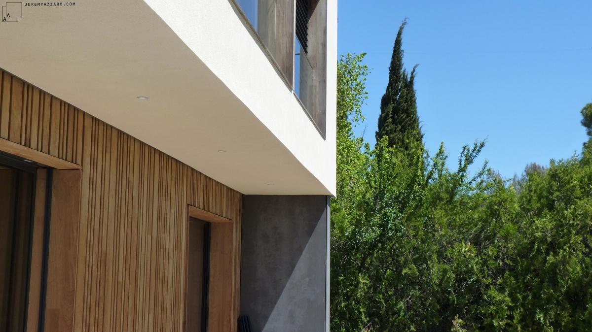 Conception d'une maison contemporaine « à travers champs » : maison-architecte-bois-contemporaine-paca-azzaro-architecte-min