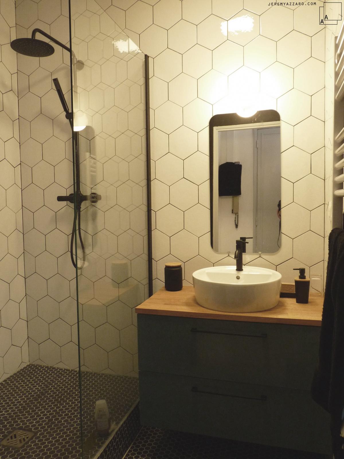 Rénovation d'un appartement « couleurs palais » : salledebain-tomette-douche-italienne-azzaro-architecte-min