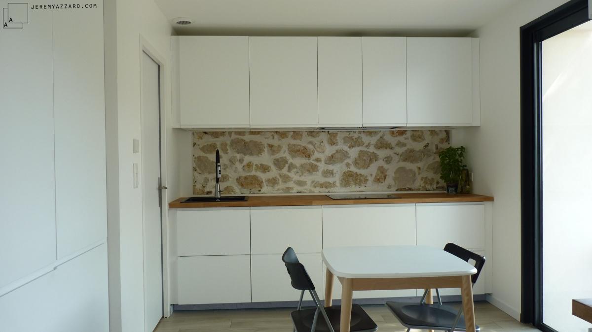 Surélévation Rénovation « la cabane sur le toit » : cuisine-contemporaine-blanc-pierre-blanc-azzaro-architecte-marseille