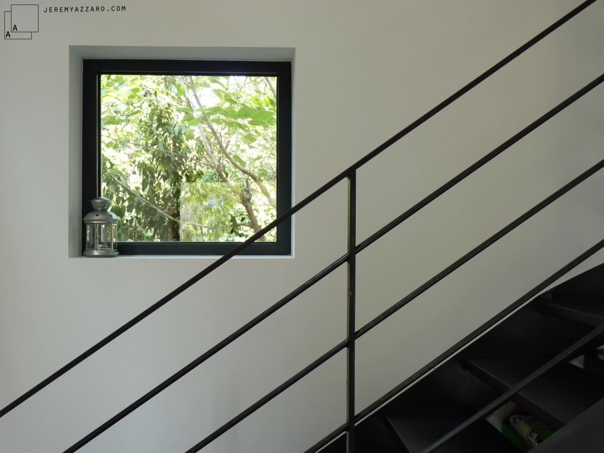 Surélévation Rénovation « la cabane sur le toit » : escalier-metal-acier-noir-renovation-marseille-azzaro-architecte