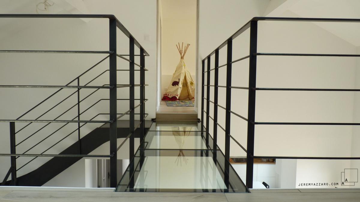 Surélévation Rénovation « la cabane sur le toit » : passerelle-verre-chambre-enfants-renovation-marseille-azzaro-architecte