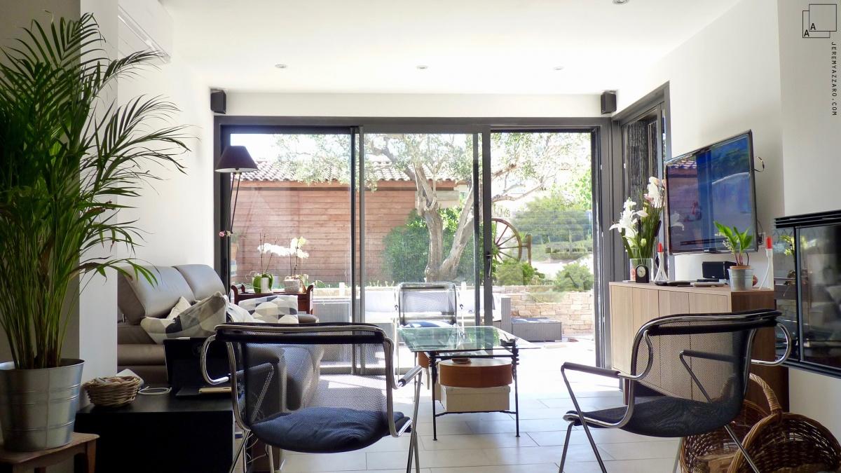 Extension contemporaine d'un séjour de maison individuelle : extension-maison-jardin-baie-architecte-marseille-azzaro-min