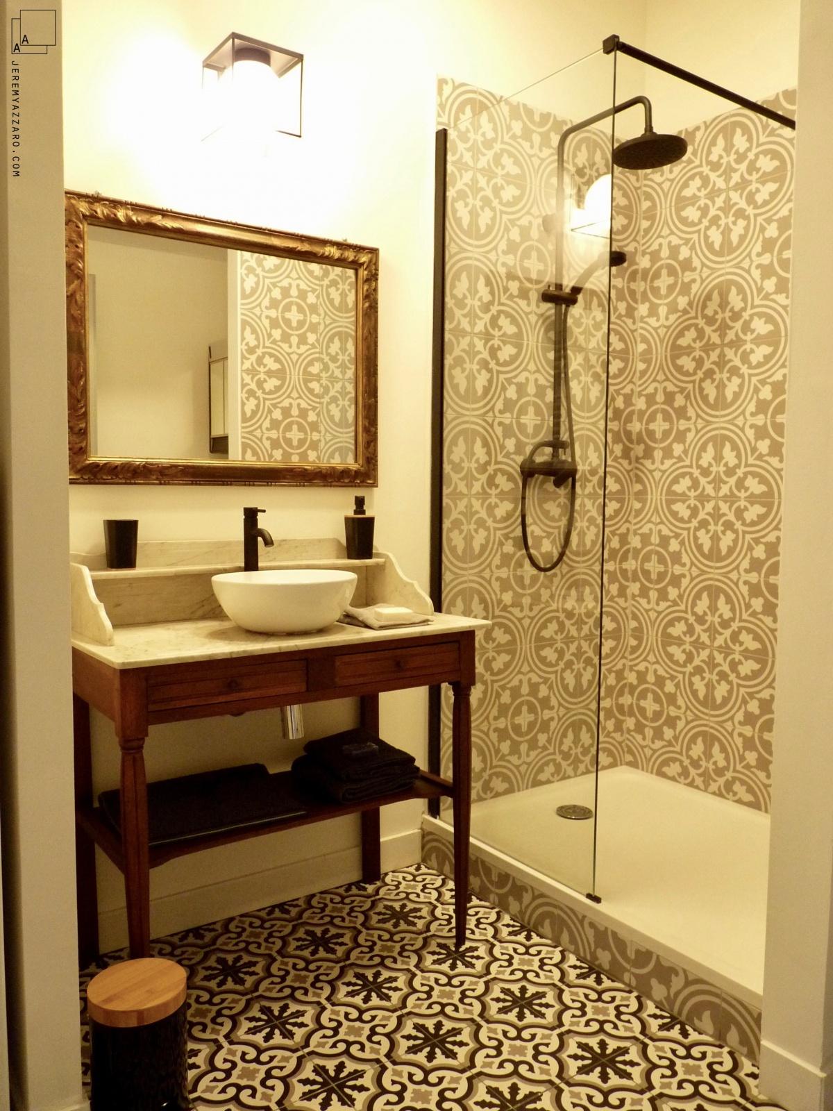 Création de deux appartements « angle deux vies » : salle-de-bain-retro-marseille-provence-architecte-min