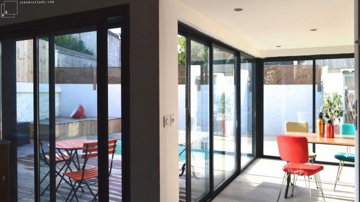 Recomposition intérieure d'une maison marseillaise avec extension contemporaine : extension-contemporaine-villa-marseille-sejour-terrasse-bois-jeremy-azzaro-architecte