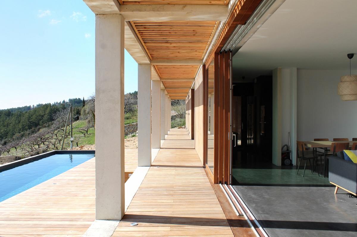 Maison de vacances béton et ossature bois : Coursive