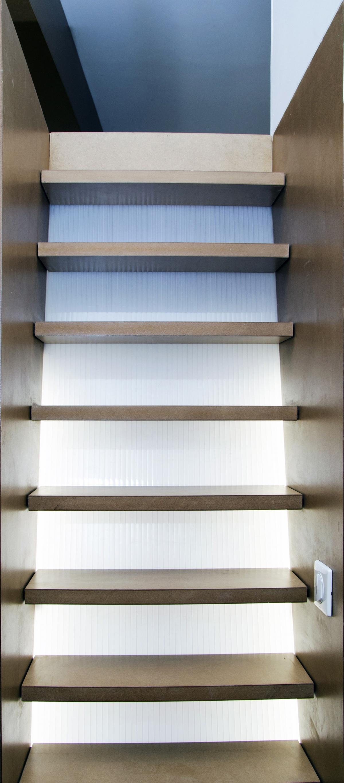 Réhabilitation d'un appartement dans le centre historique d'Aix en Provence : Détail escalier rétro éclairé